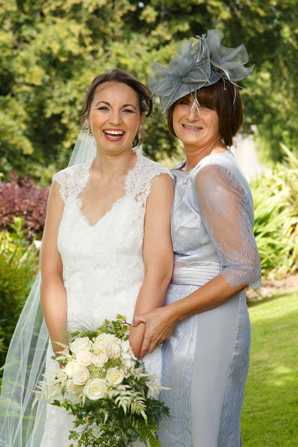 bride-and-mum